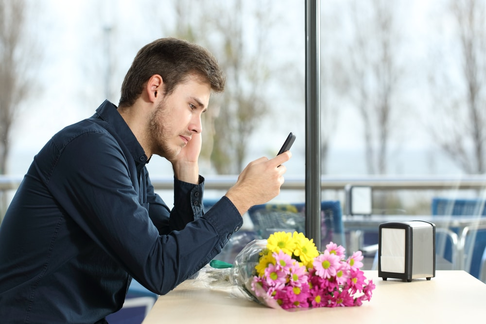 man on a date with cellphone