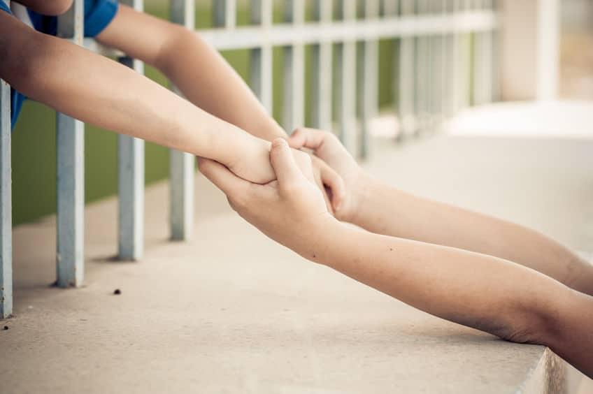 CPE prison bras parent enfant