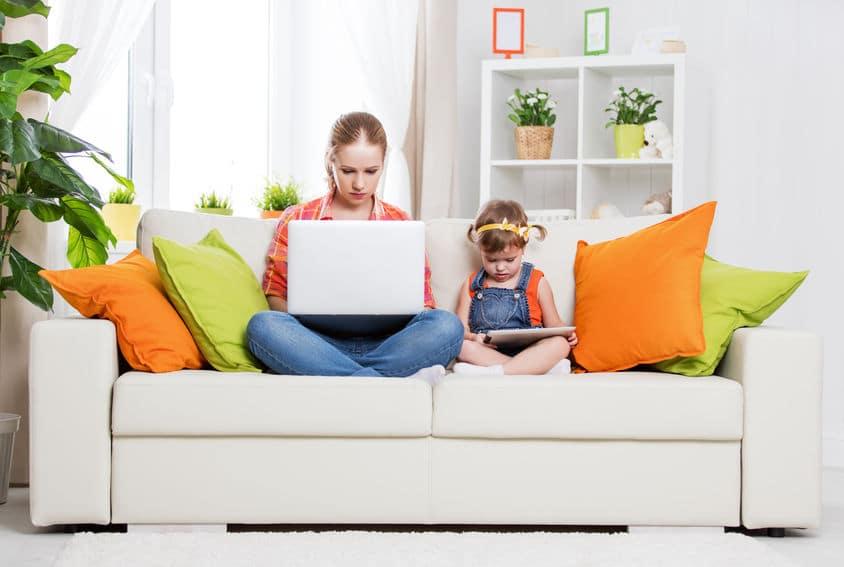 enfant maman divan ordinateur ipad