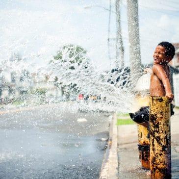 enfant borne fontaine activité gratuite été jeux d'eau