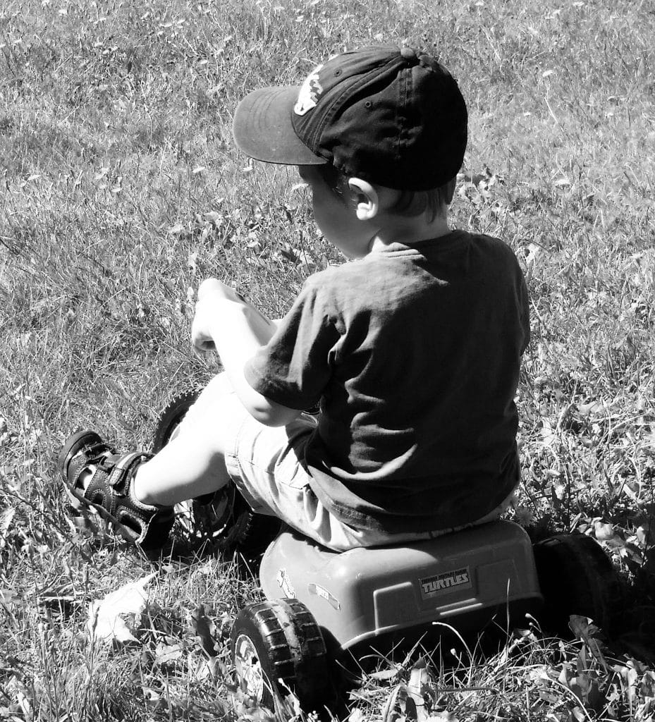 maman cinglante enfant assis
