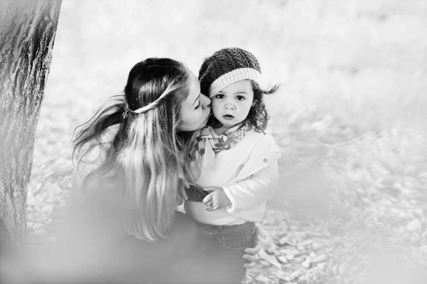 maman fille arbre baiser