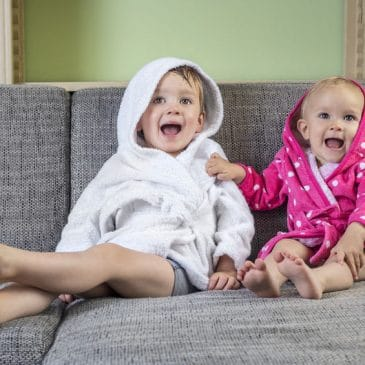 deux enfants énervés