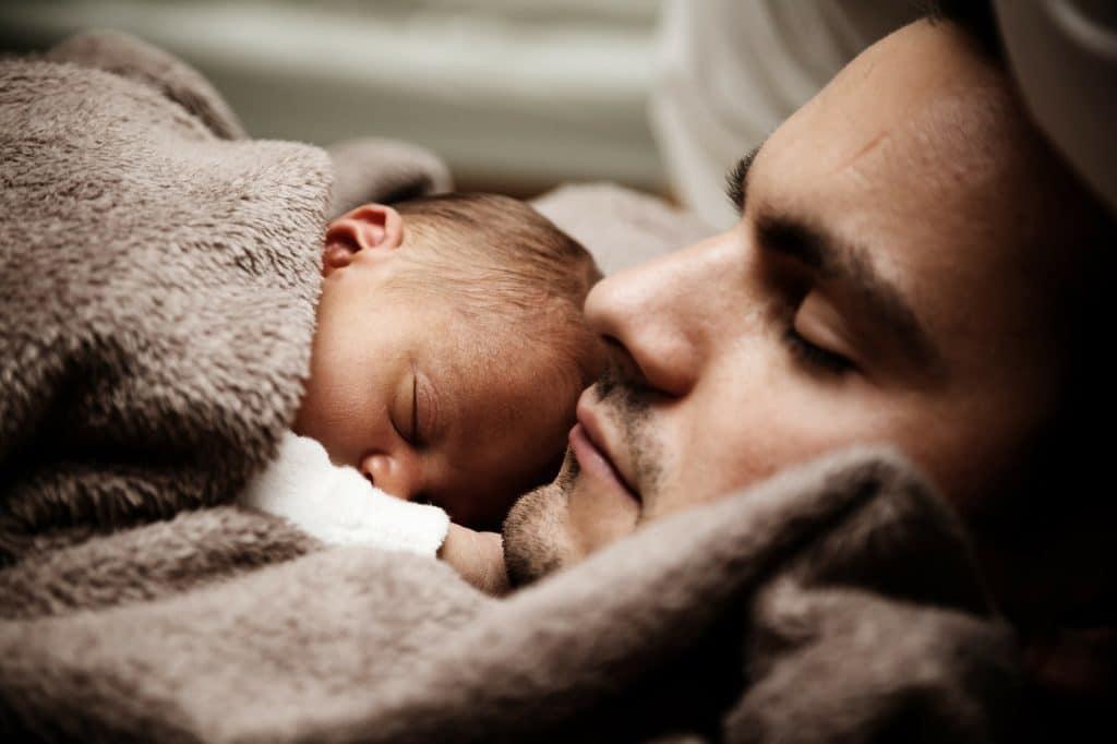 père bébé lit