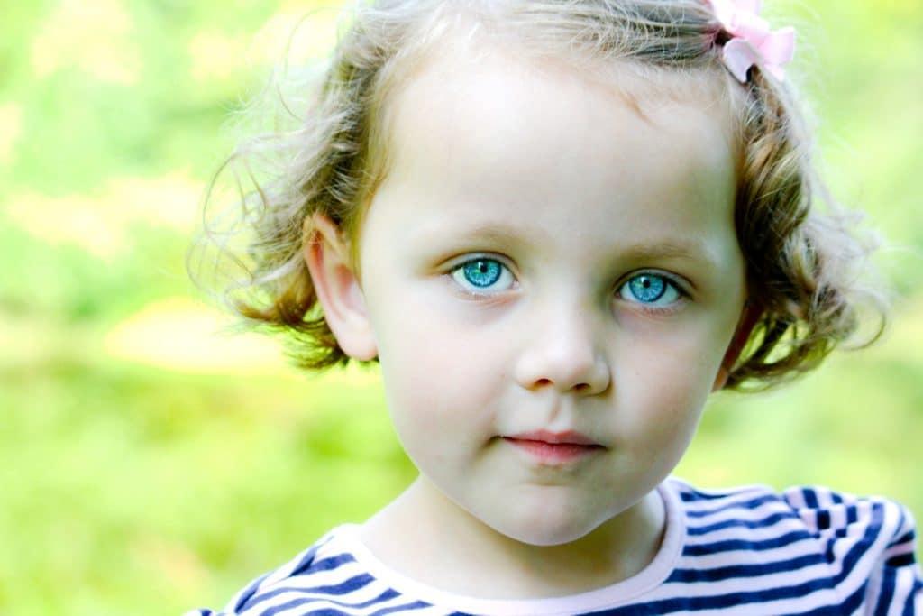fille yeux bleus