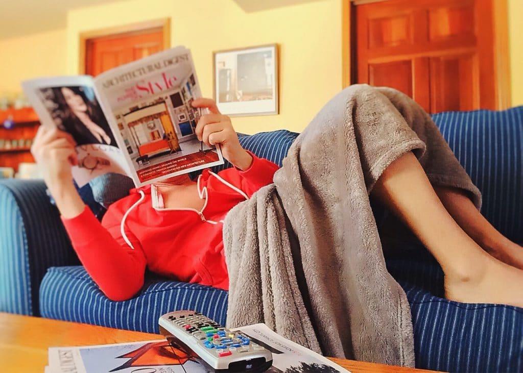 femme divan lecture