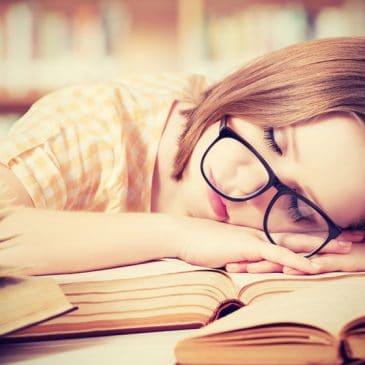 fille études dort
