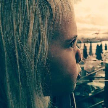 enfant nez fenêtre