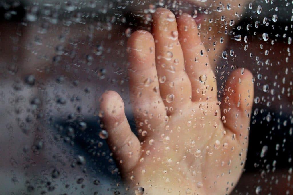 enfant main fenêtre