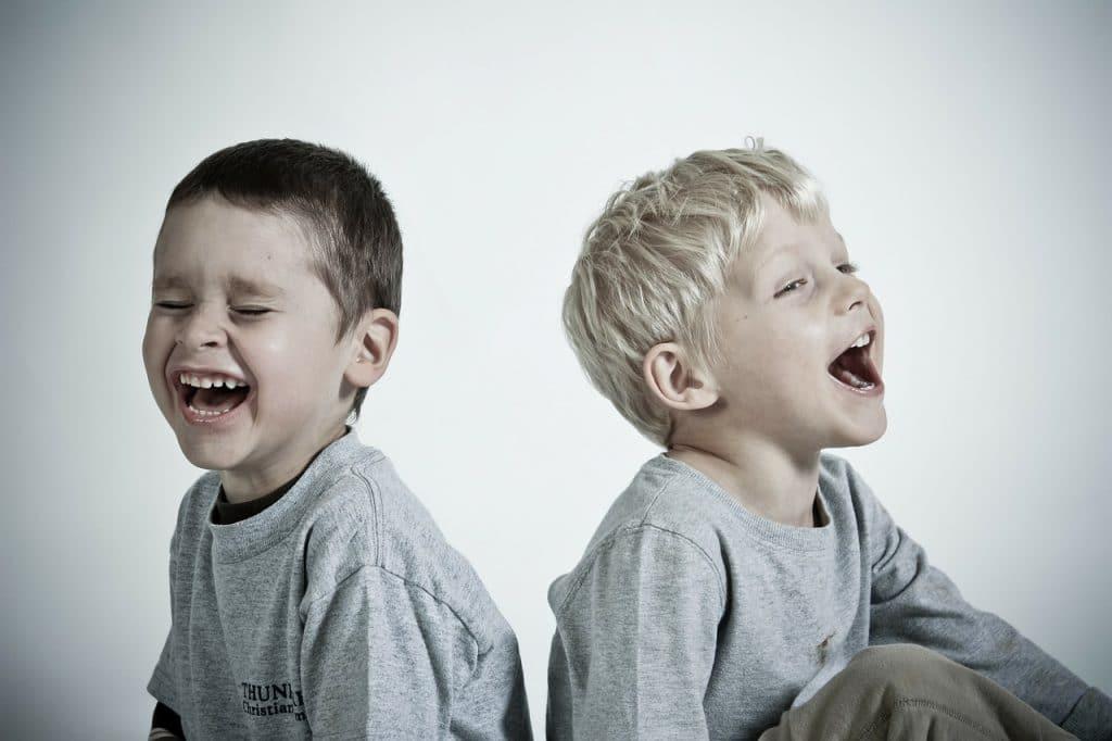 garçons rire