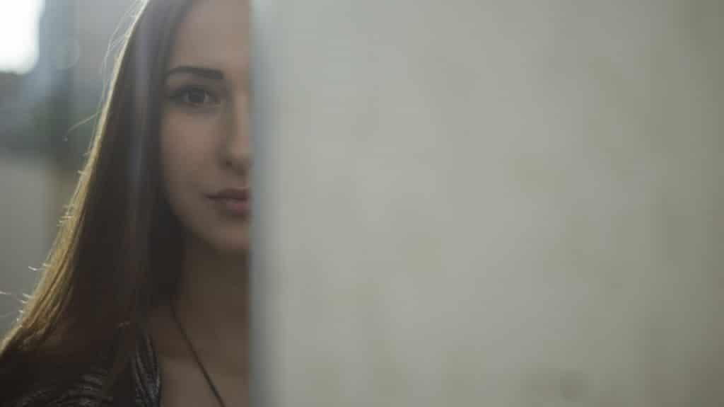 femme derrière porte