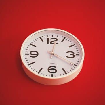 horloge fond rouge