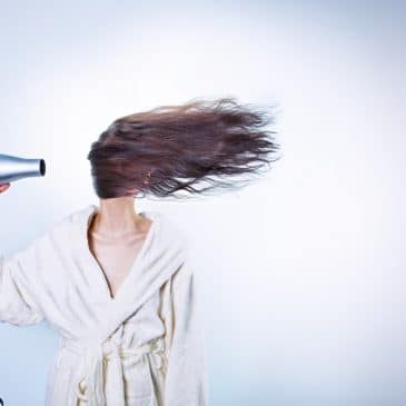 femme séchoir cheveux