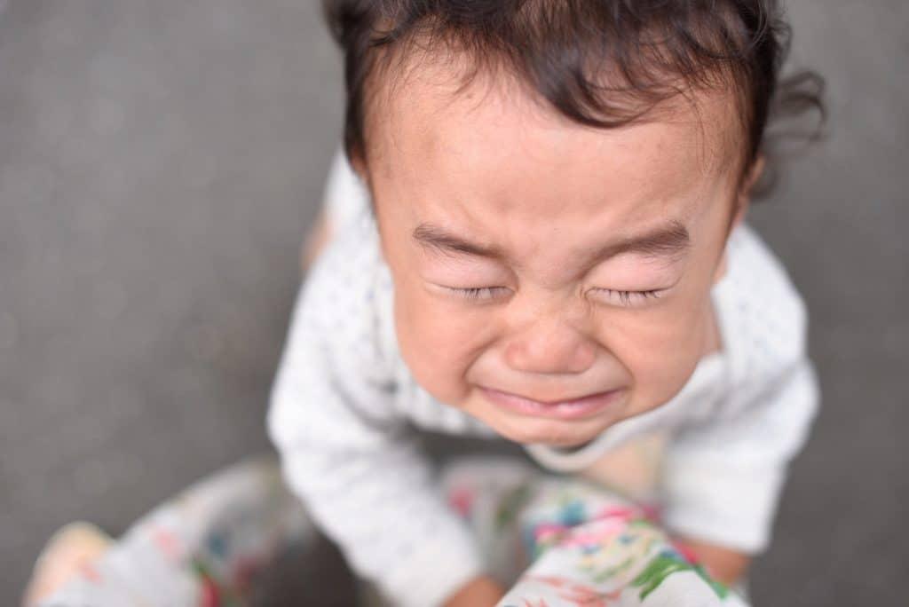 enfant pleure haut
