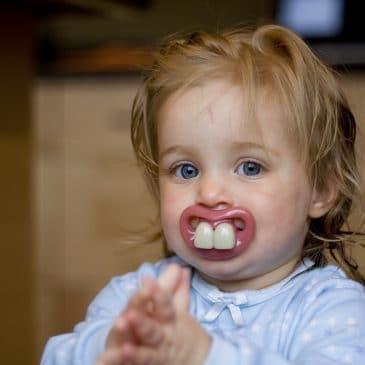 bébé suce dents