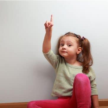 fille lève doigt