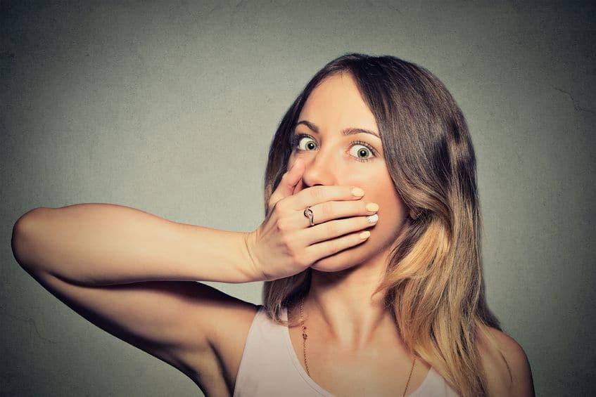 femme main bouche