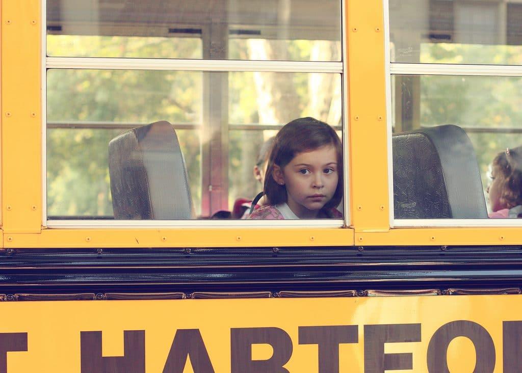 fille autobus jaune