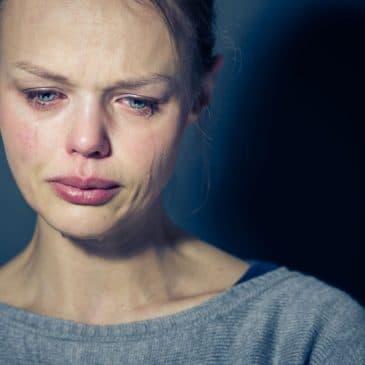 femme qui pleure fond noir