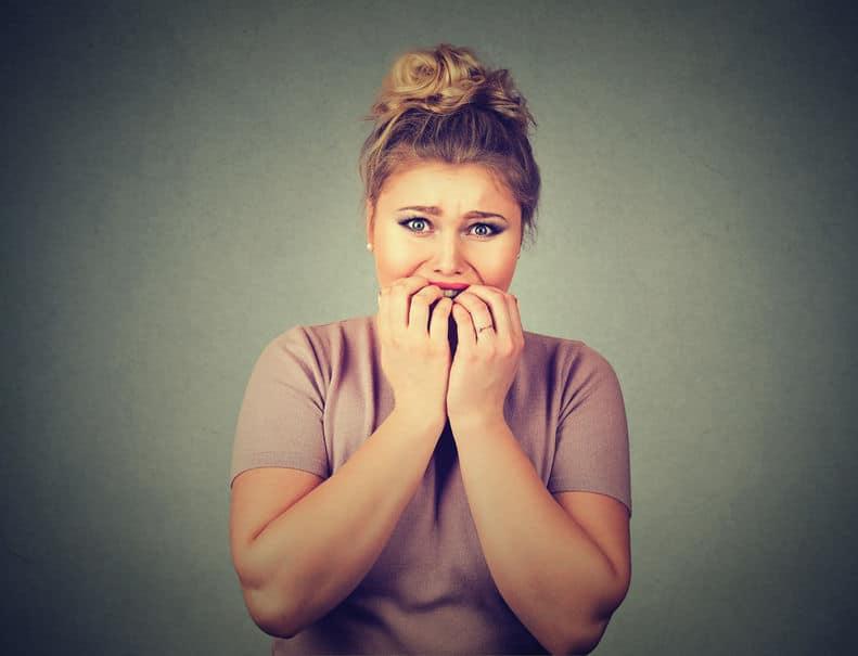 femme nerveuse doigts bouche