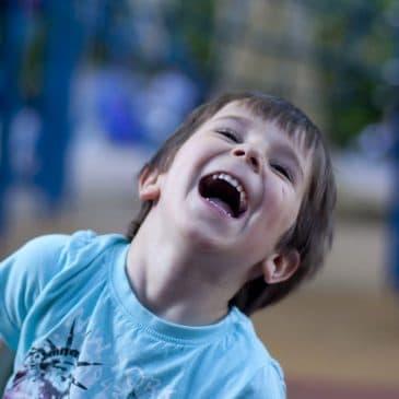 enfant garcon rire