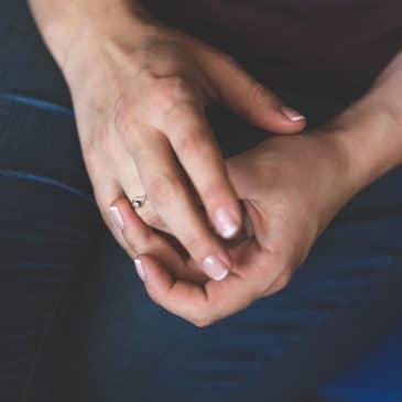 mains femme jambes
