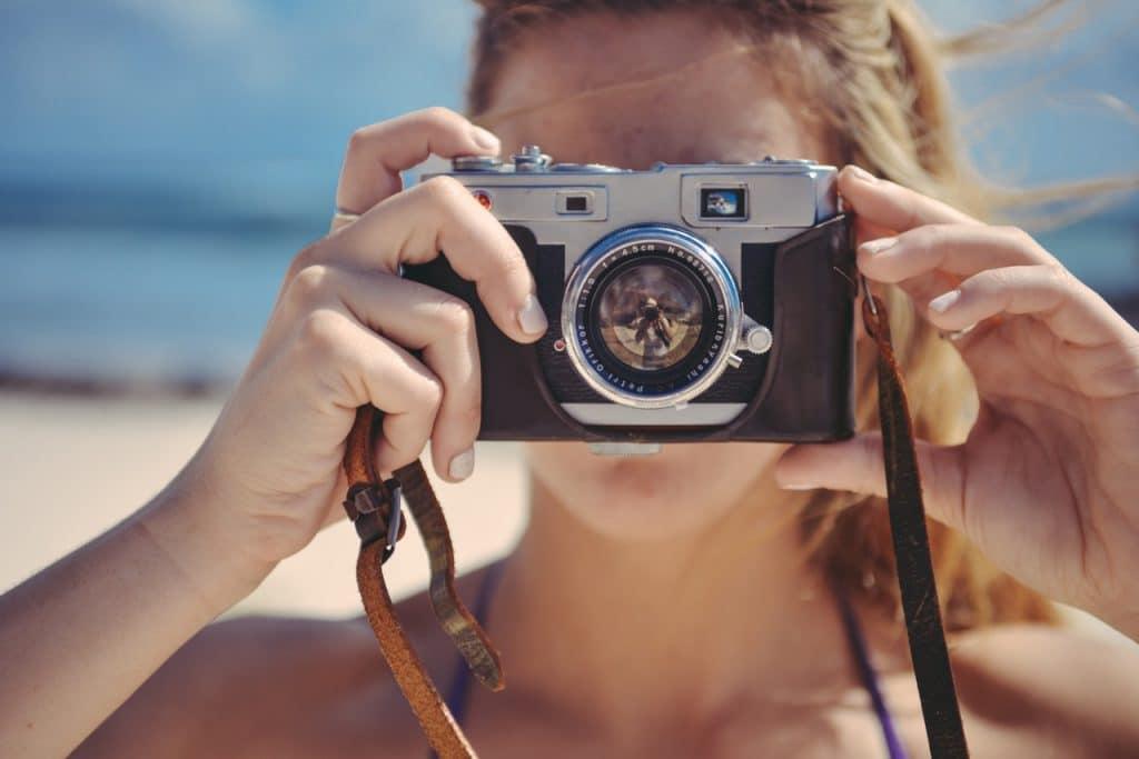 femme caméra plage