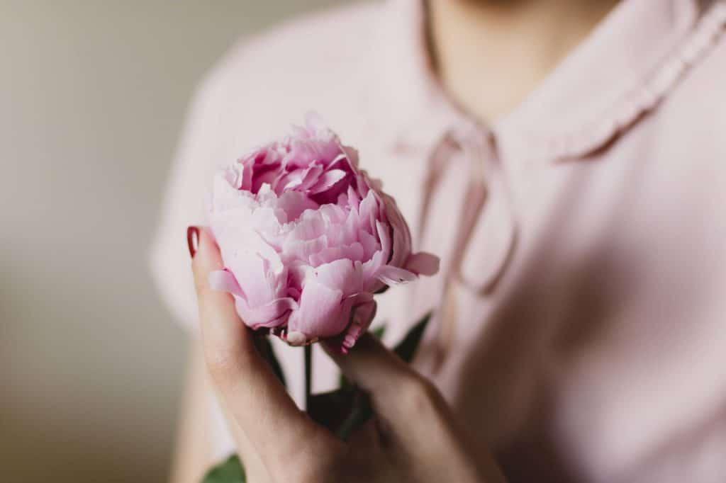femme fleur rose