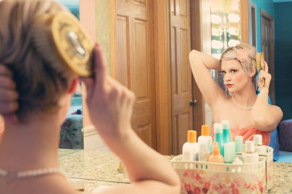 femme miroir maquille peigne