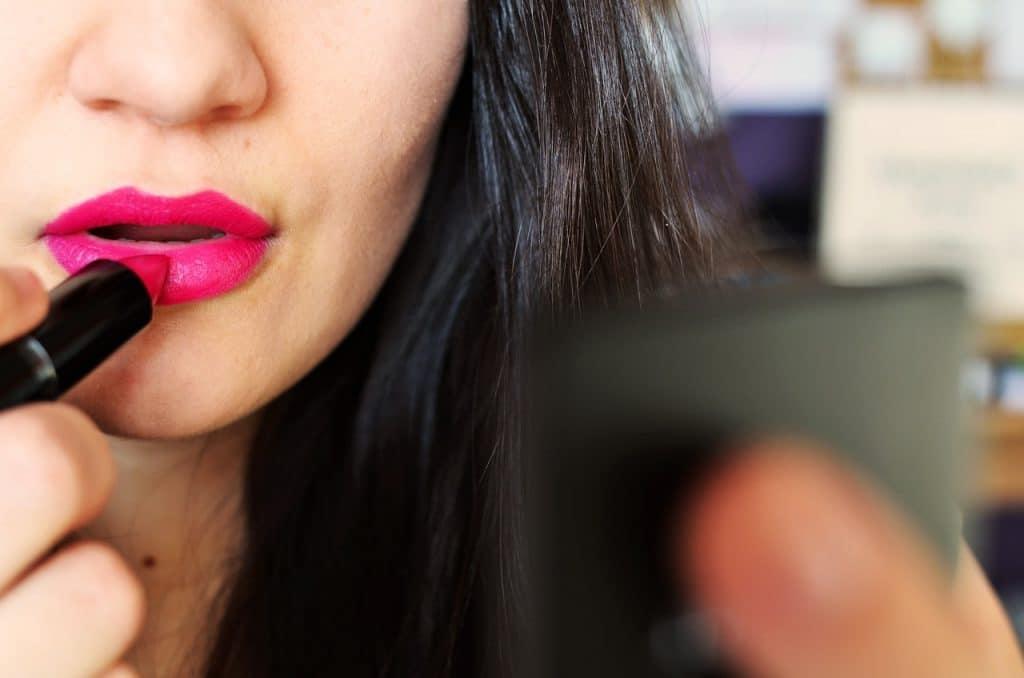 femme rouge à lèvre