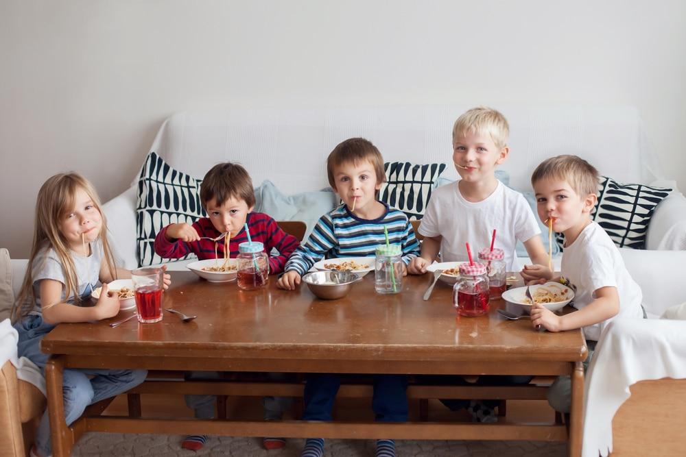 kids friends dinner