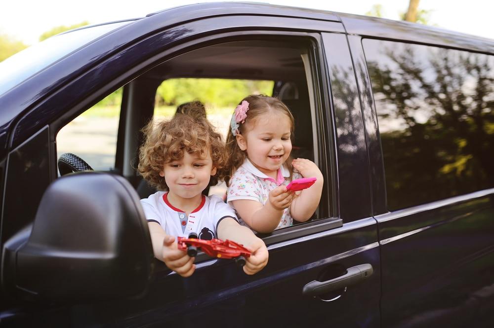 kids in minivan