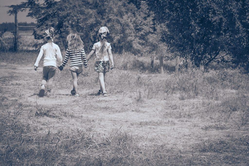 enfants dehors vintage