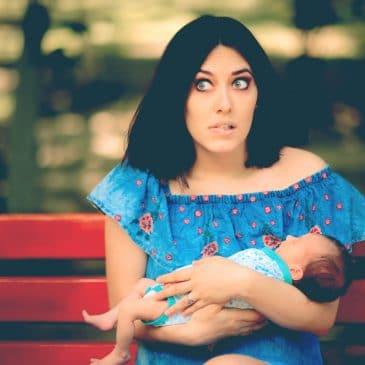 mère hésitante avec bébé