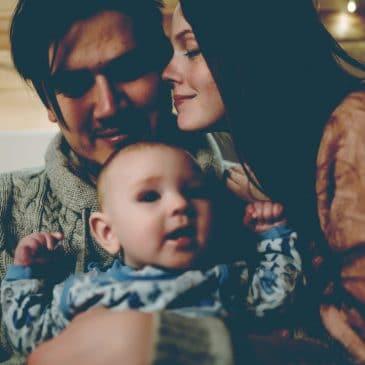 maman papa baiser avec bébé