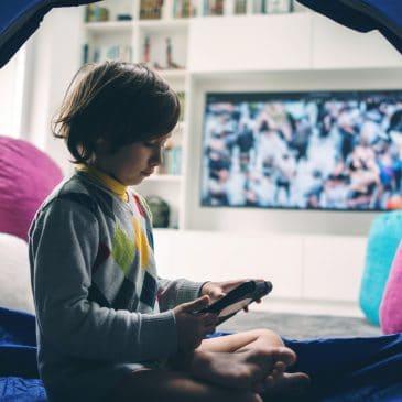 kid play in living room