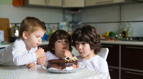 kids eat cake